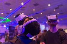 Messebesucher mit Virtual-Reality-Brillen / Quelle: betto rodrigues/Shutterstock.com